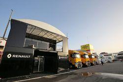 Les camions Renault Sport F1 Team dans le paddock