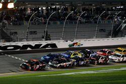 Restart : Denny Hamlin, Joe Gibbs Racing Toyota mène