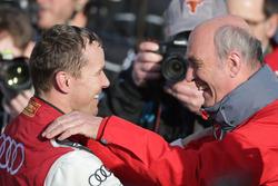 Racewinnaar Benoit Treluyer, #07 Audi Sport Team Joest Audi R18 viert feest in parc ferme met Dr. Wo