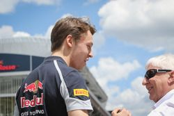 Daniil Kvyat, Scuderia Toro Rosso avec Herbie Blash, délégué de la FIA