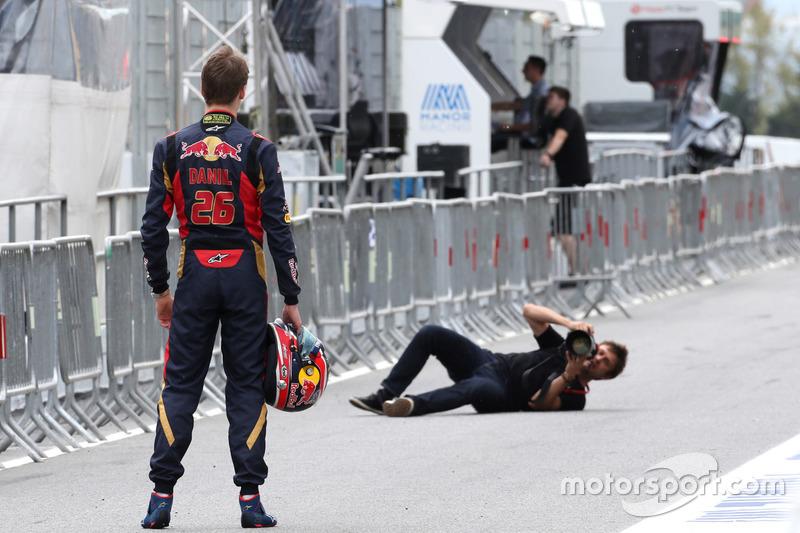 На этапе в Испании Квяту спешно устроили фотосессию в комбинезоне Scuderia Toro Rosso