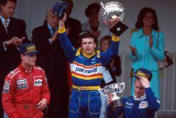 Podium: juara lomba Olivier Panis, Ligier, peringkat kedua David Coulthard, McLaren, peringkat ketig