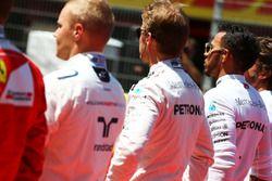 Nico Rosberg, Mercedes AMG F1, et Lewis Hamilton, Mercedes AMG F1, sur la grille alors que retentit l'hymne espagnol