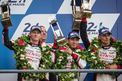 Подиум LMP1: второе место - Стефан Сарразен, Майк Конвей и Камуи Кобаяши, #6 Toyota Racing Toyota TS