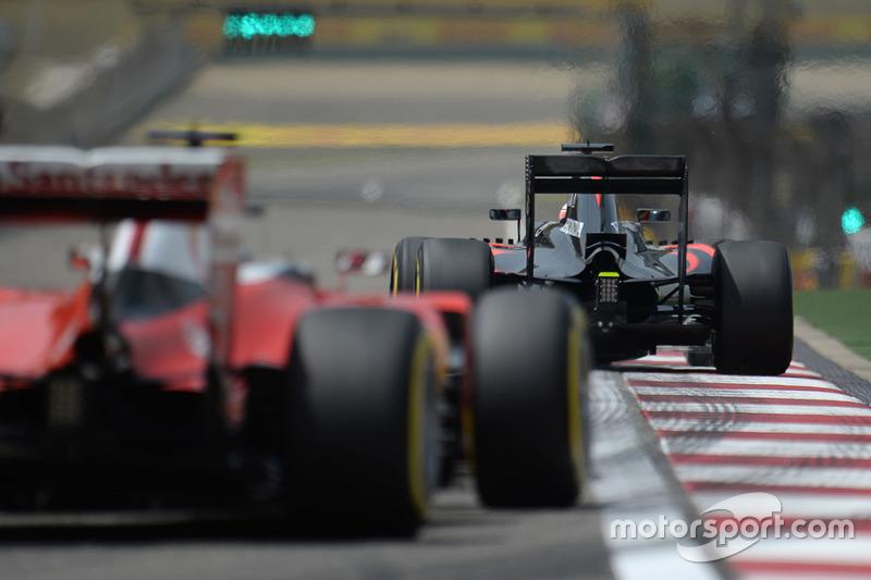 Fernando Alonso, McLaren MP4-31 leads Sebastian Vettel, Ferrari SF16-H
