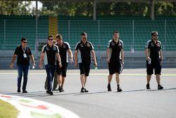 Alfonso Celis Jr., Sahara Force India F1 Controlador de desarrollo camina el circuito con el equipo