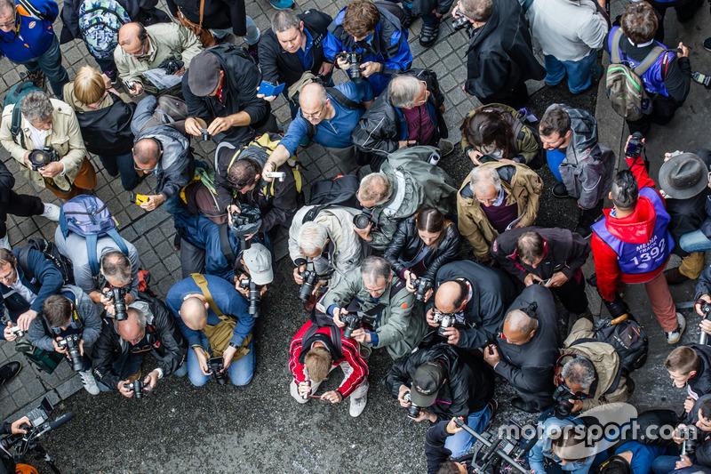 Вболівальники фотографуються з #7 Audi Sport Team Joest Audi R18 та #8 Audi Sport Team Joest Audi R18 e-tron quattro
