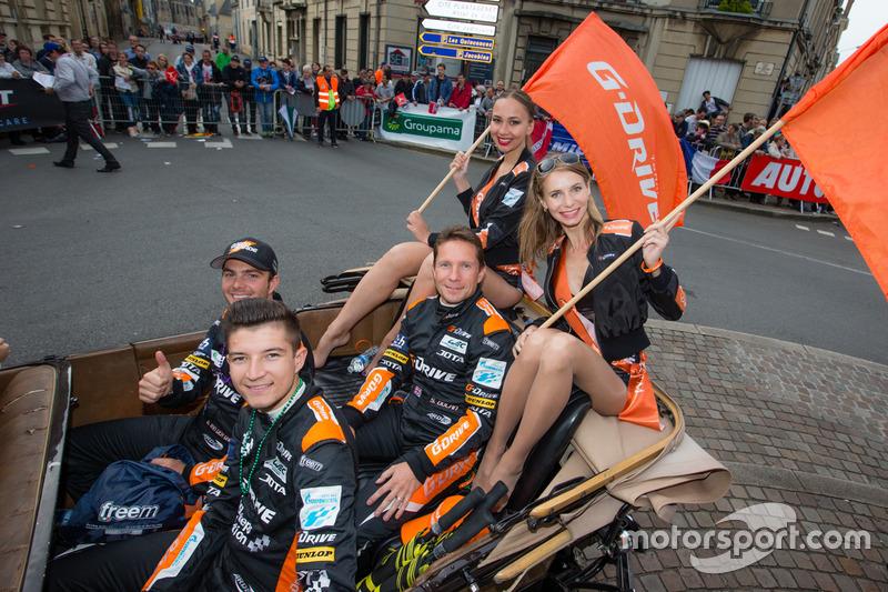 Симон Долан, Гидо ван дер Гарде и Джейк Деннис, #38 G-Drive Racing BR01 - Nissan и промо-девушки команды G-Drive Racing