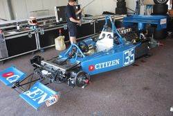 ガレージで整備を受けるMAKI F101