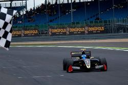 Roy Nissany, Lotus remporte la victoire