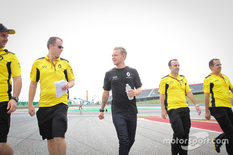 Kevin Magnussen, Renault Sport F1 Team walks the circuit with the team