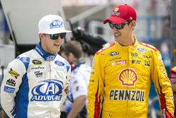 Trevor Bayne, Roush Fenway Racing Ford, et Joey Logano, Team Penske Ford