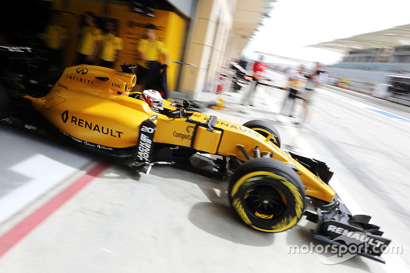 Kevin Magnussen, Renault Sport F1 Team leaves the pits