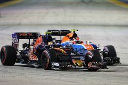 Carlos Sainz Jr., Scuderia Toro Rosso STR11 Y Esteban Ocon, Manor Racing MRT05 Batalla por la posici