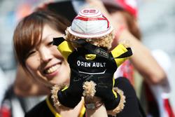 Ein Fan von Kevin Magnussen, Renault Sport F1 Team mit einem Teddy