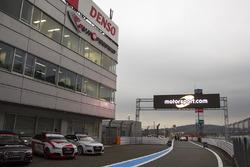 Logo von Motorsport.com am Eingang der Boxengasse in Fuji