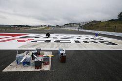 Il logo Toyota Racing viene dipinto per la 6 Ore del Fuji