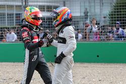 Esteban Gutierrez, Haas F1 Team and Fernando Alonso, McLaren