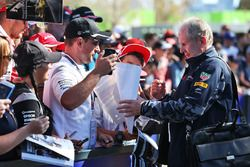 Dr Helmut Marko, a Red Bull Motorsport tanácsadója aláírásokat osztogat a rajongóknak