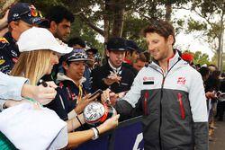 Romain Grosjean, Haas F1 Team firma autógrafos para sus fans