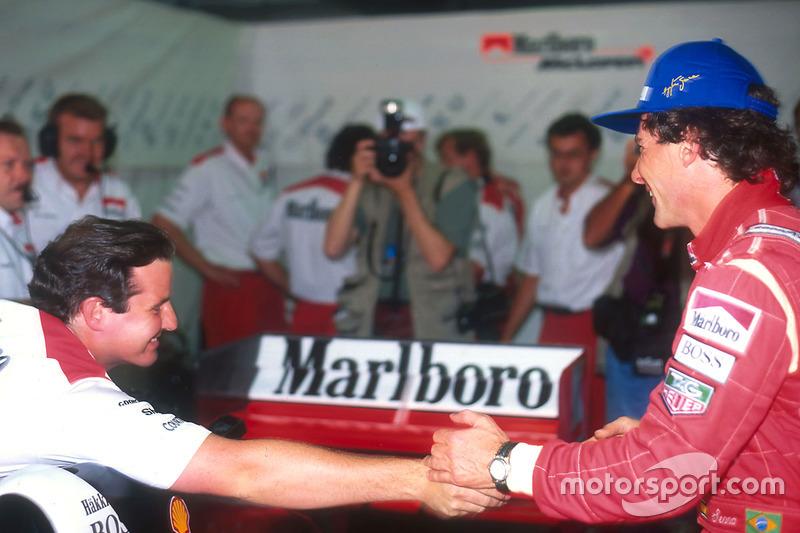 Ayrton Senna , McLaren es felicitado por sus colegas