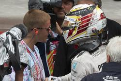 Le vainqueur Lewis Hamilton, Mercedes AMG F1 fête la victoire avec Justin Bieber, chanteur