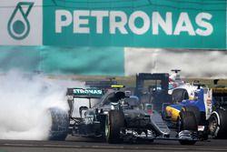 Nico Rosberg, Mercedes AMG F1 W07 Hybrid se recupera de contacto al inicio de la carrera