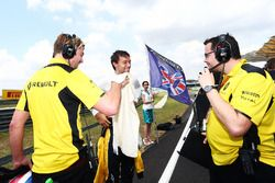 Jolyon Palmer, Renault Sport F1 Team on the grid with Jack Clarke, Driver and Physio (Left) and Juli