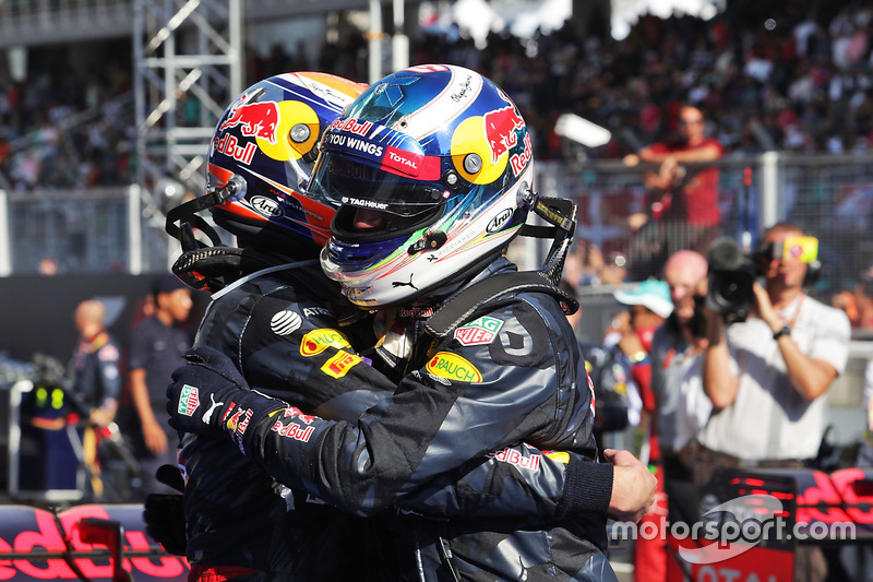 Ganador, Daniel Ricciardo, Red Bull Racing celebra con Max Verstappen, Red Bull Racing en parc ferme
