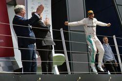 Ganador de la carrera, Lewis Hamilton, Mercedes AMG F1 celebra en el podium