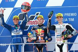 Podium : le vainqueur Brad Binder, Red Bull KTM Ajo, le deuxième Fabio Di Giannantonio, Gresini Racing Moto3, et le troisième Francesco Bagnaia, Aspar Team Mahindra Moto3