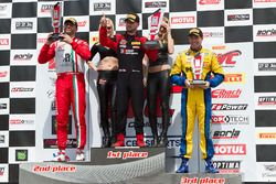 GTA podium: peringkat kedua Michael Schein, pemenang Martin Fuentes, peringkat ketiga Brent Holden