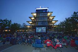 Fans en la Plaza de la Pagoda de Panasonic para una proyección de la película ganadora en el Indiana
