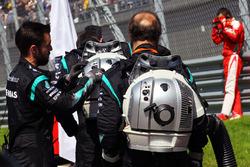 Les mécaniciens Mercedes AMG F1 sur la grille
