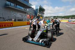Lewis Hamilton, Mercedes AMG F1 Team W07 sur la grille