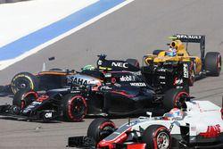 Nico Hulkenberg, Sahara Force India F1 VJM09 se crashe au départ avec Jenson Button, McLaren MP4-31 et Jolyon Palmer, Renault Sport F1 Team RS16