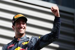 Daniel Ricciardo, Red Bull Racing celebrates festeggia il suo secondo posto sul podio