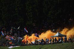 Des fans de Max Verstappen, Red Bull Racing RB12 avec des fumigènes