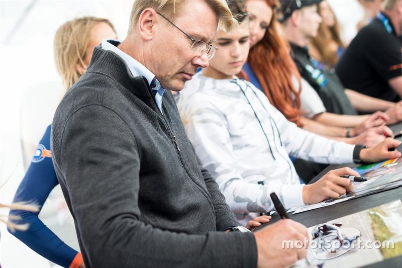 Mika Hakkinen deelt handtekeningen uit