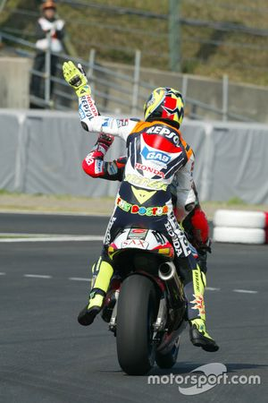 Valentino Rossi, Repsol Honda Team gets a lift to the podium from Noriyuki Haga, Aprilia Racing