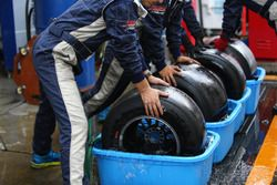 走行後水洗いをして冷やされるソフトタイヤ