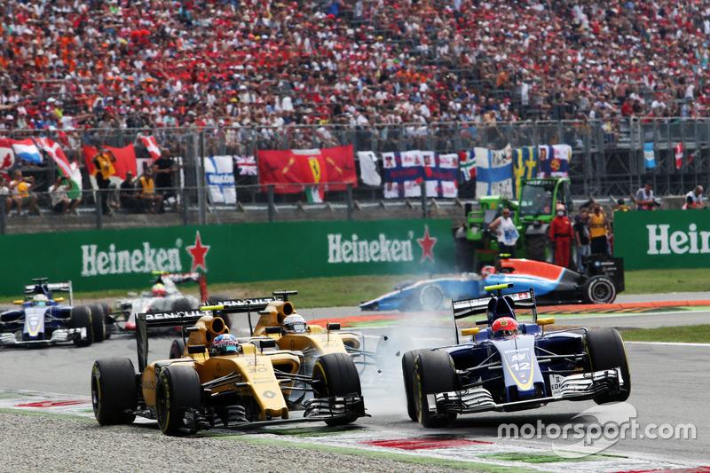 9. Choque entre Jolyon Palmer, Renault Sport F1 Team RS16 y Felipe Nasr, Sauber C35