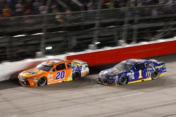 Jamie McMurray, Chip Ganassi Racing Chevrolet, Matt Kenseth, Joe Gibbs Racing Toyota