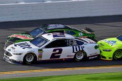Brad Keselowski, Team Penske Ford Fusion and Chase Elliott, Hendrick Motorsports Chevrolet Camaro