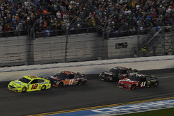 Ryan Blaney, Team Penske Ford Fusion, Denny Hamlin, Joe Gibbs Racing Toyota