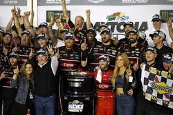 Il vincitore della gara Austin Dillon, Richard Childress Racing Chevrolet Camaro con il team