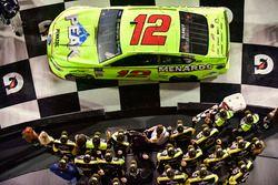 Il vincitore della gara Ryan Blaney, Team Penske, Menards/Peak Ford Fusion festeggia