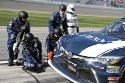 Brandon Jones, Joe Gibbs Racing, Juniper Toyota Camry pit stop