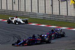 Brendon Hartley, Toro Rosso STR13 Honda, leidt Pierre Gasly, Toro Rosso STR13 Honda, en Marcus Erics