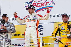 Il vincitore di Gara 2 Roman Golikov, UGMK Motorsport, con Vitalj Dudin, Akhmat Racing Team, e Kyrill Ladygin, LADA Sport Rosneft